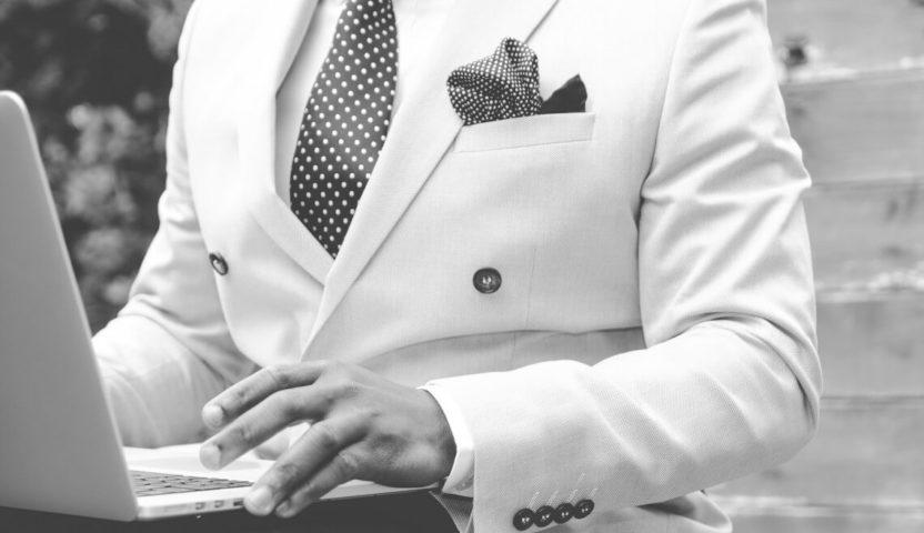 Mit Anzug im Büro zum Erfolg