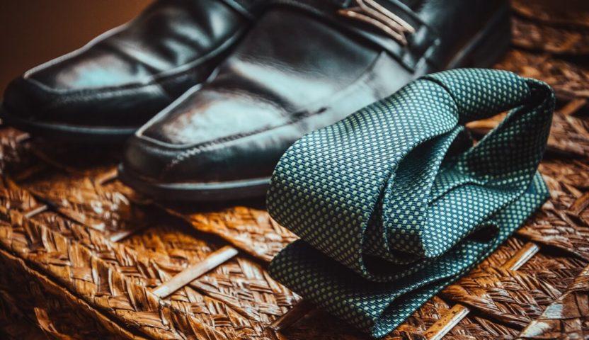 Krawatte neben Anzugschuche