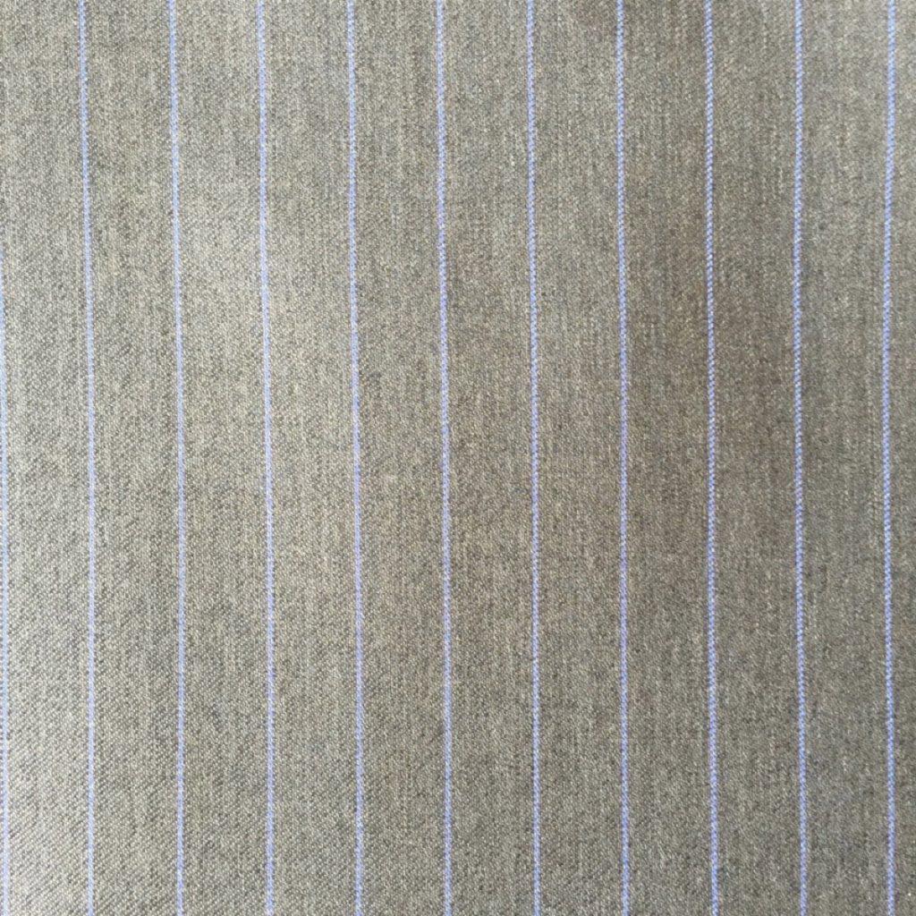 Hochwertige Schurwollen S150 Qualität mit Seidenbeimischung auf grauer Basis mit trendigem blauen Nadelstreif